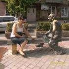 Ереван славиться интересными памятниками. Этот - любитель нарды