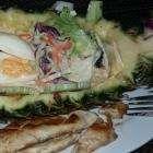 Специальный салат в ананасе в кафе Wiwan's